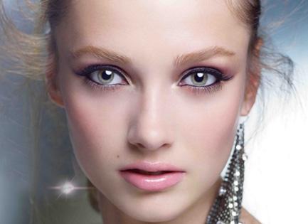 砭石面部刮痧美容护肤的方法